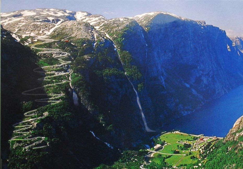 The road leading down to Lysebotn is a riding thrill: 32 bends and a tunnel that turns 340 degrees. (Photo nicked from some tourist page)