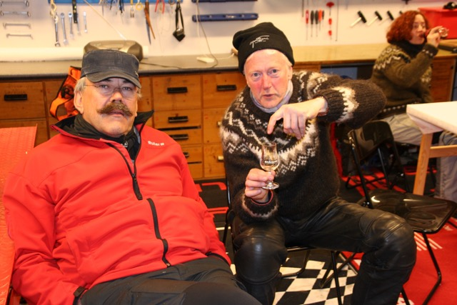 Il Presidente Bjørn (left), while Lars signals that there is something missing in this picture.